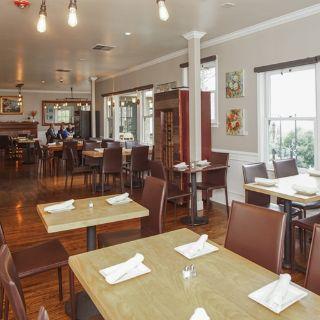 Foto von Leila by the Bay Restaurant