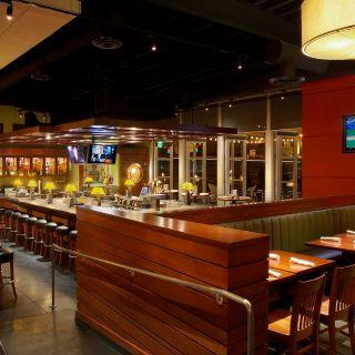 A photo of Houlihan's - Garland restaurant