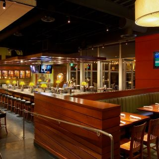 A photo of Houlihan's - Naperville restaurant