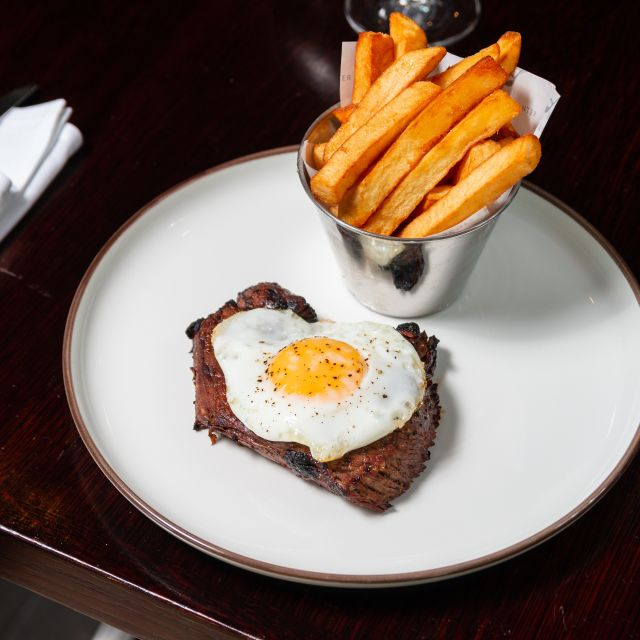Mustard-marinated rump steak with fried hen's egg - Scoff & Banter - Bloomsbury, London