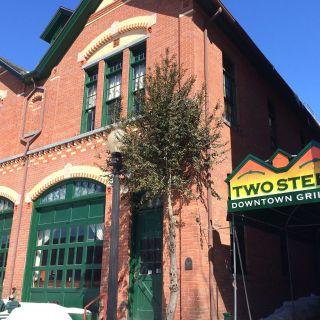 Una foto del restaurante Two Steps Downtown Grille