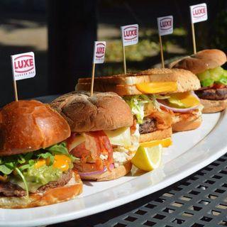 Foto von Luxe Burger Restaurant